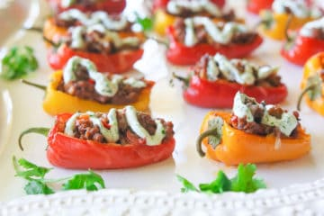 Heerlijke mini paprika's gevuld met gekruid gehakt, groente en kaas!