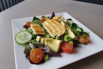 Heerlijke salade gemaakt van halloumi, komkommer en avocado.