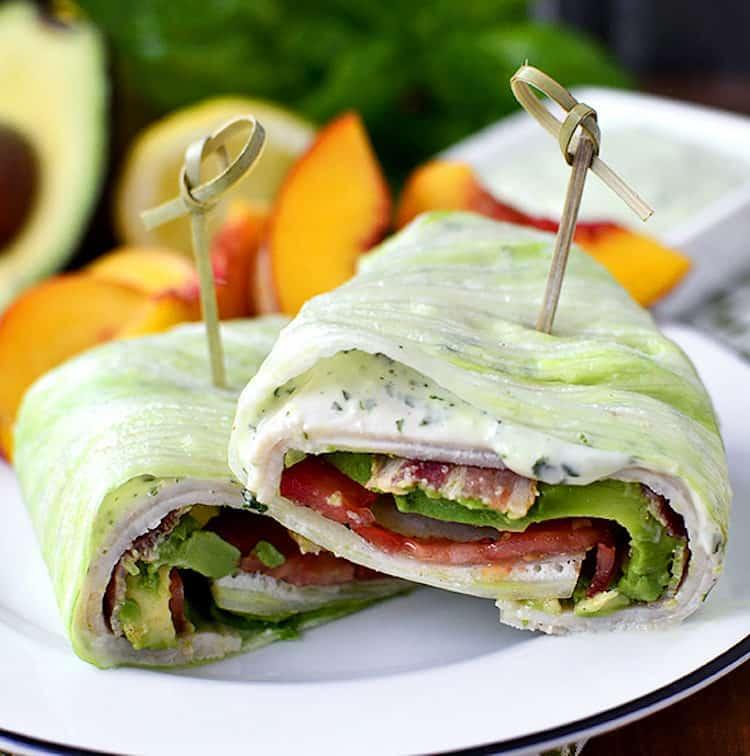 Heerlijke sla wraps gevuld met kalkoenfilet, bacon, avocado en basilicum mayonaise!