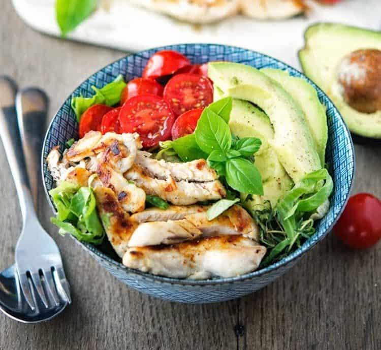 Heerlijke salade met kipshoarma, tomaten, avocado en komkommer.