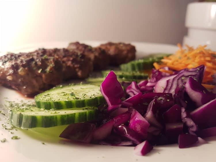 Heerlijke köfte volgens Turks recept met geraspte wortel en rode kool.