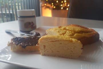 Heerlijke plakje koolhydraatarme cake met een beetje chocoladepasta.