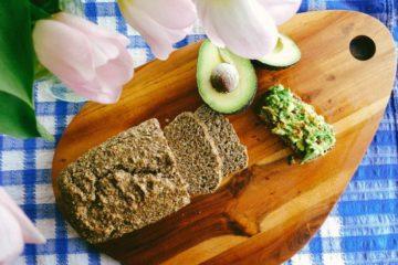 Gesneden koolhydraatarm brood met lijnzaadmeel en amandelmeel.