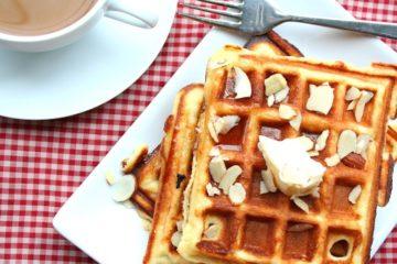 Heerlijke zelfgemaakte amandelwafels met klontje boter en stroop.