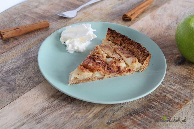 Puntje koolhydraatarme appeltaart met toefje slagroom.