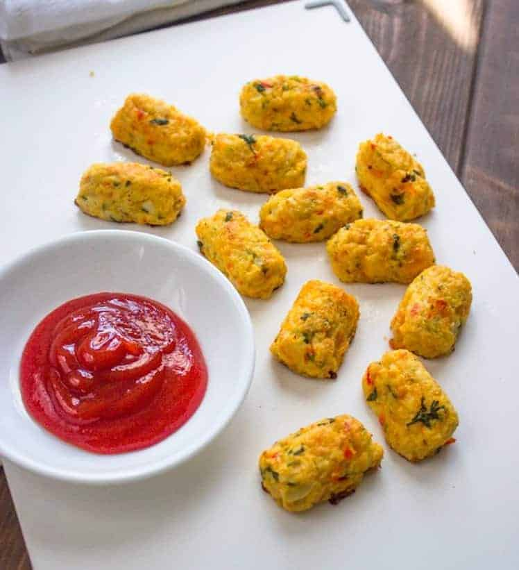 Bord met bloemkoolkroketjes en pittige tomatendip.