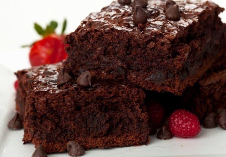 Heerlijke koolhydraatarme brownies met frisse aardbeien.