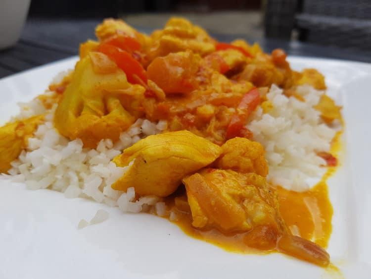 Heerlijke curry madras met een portie bloemkoolrijst