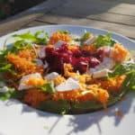 Heerlijke detox salade met rucola, geraspte wortel, geraspte bieten en feta.