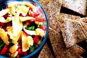 Heerlijke chips zonder aardappelen op basis van amandelmeel, kokosmeel en lijnzaadmeel.