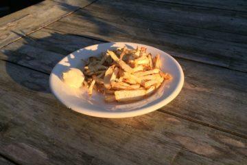 Portie koolhydraatarme frietjes gemaakt van kruide knolselderij met portie mayonaise.