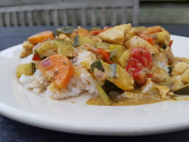 Heerlijk bord met groene curry en bloemkoolrijst.