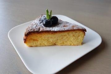 Heerlijk puntje Japanse cheesecake gegarneerd met blauwe bessen een verse munt.
