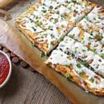 Heerlijk koolhydraatarm kaasbroodje gemaakt van bloemkool, mozzarella en geraspte kaas.
