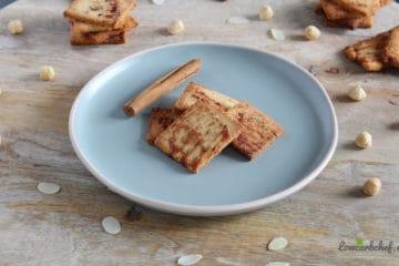 Bordje met portie koolhydraatarme kaneelkoekjes gemaakt van amandelmeel, kokosmeel, kaneel en ei!