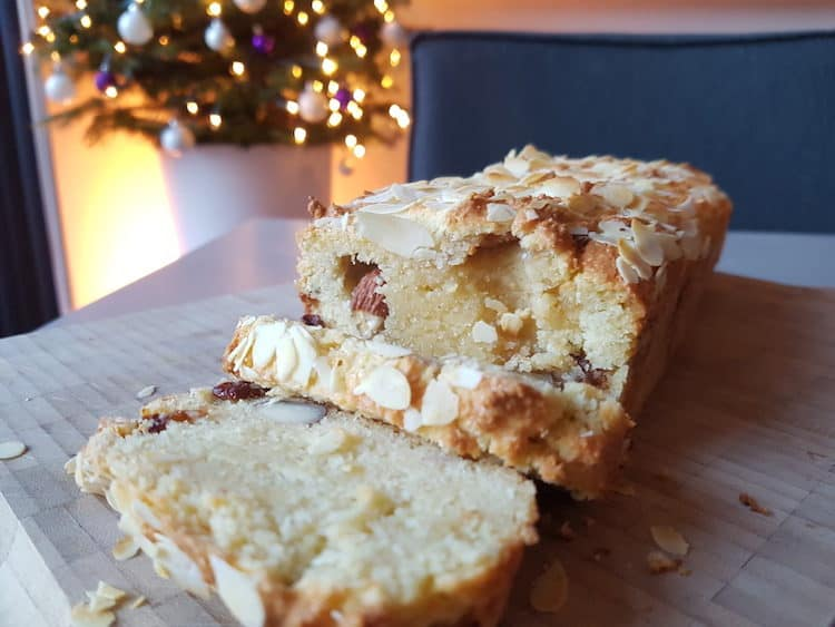 Heerlijke koolhydraatarme kerststol met amandelspijs en noten.