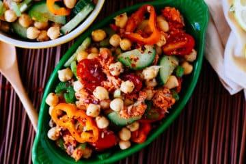 Een heerlijke salade laag in koolhydraten met kikkererwten, zalm, komkommer, paprika en nog veel meer!