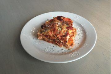 Lasagne gemaakt van koolhydraatarme lasagne bladen van het merk Ciao Carb.