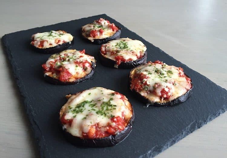Heerlijke koolhydraatarme mini aubergine pizza's.