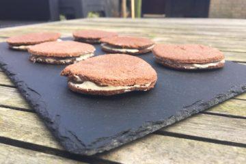 Koolhydraatarme chocolade koekjes gevuld met roomkaas.