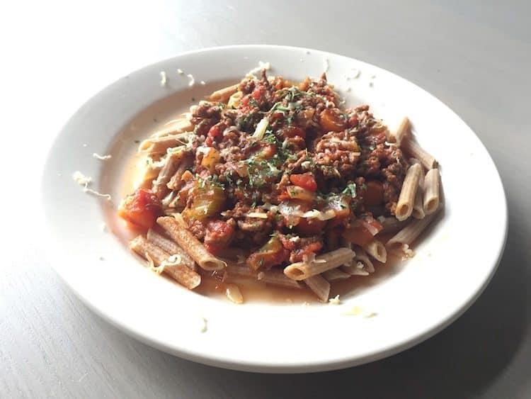 Penne pasta van het merk Atkins met bolognese saus.