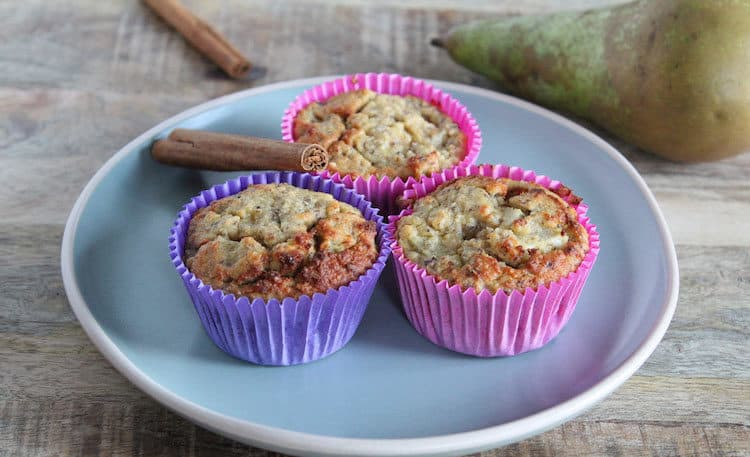 Drie koolhydraatarme peer muffins met peer, amandelmeel en kaneel.