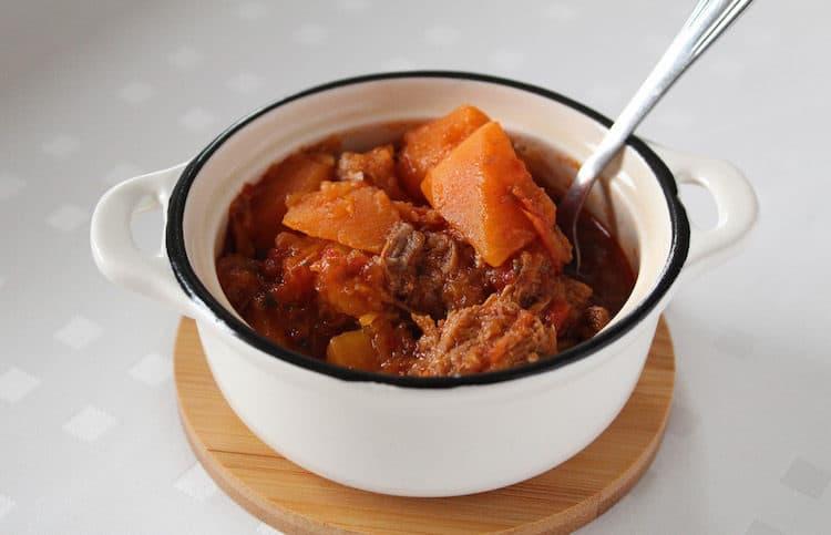 Heerlijk stoofpotje met pompoen, hachee, ui en tomatensaus.