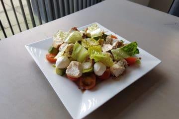 Heerlijke salade met mozzarella bolletjes, kip, cherrytomaten en balsamico.