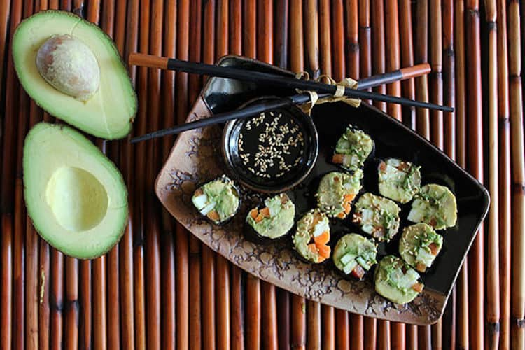 Heerlijke stukje sushi laag in koolhydraten gemaakt met norivellen, avocado en groente.