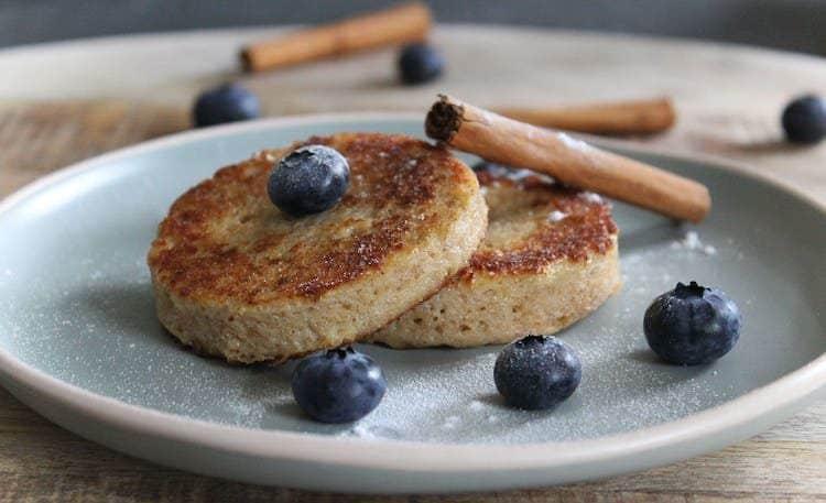 Heerlijke koolhydraatarme wentelteefjes met blauwe bessen en Steviala frost.