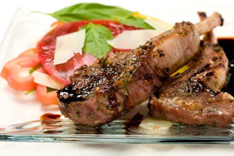 Heerlijke lamskoteletten met sjalotjes en een saus van balsamico azijn.