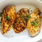Ovenschaal met drie stuks gebakken kipfilet gekruid met Marokkaanse kruiden.