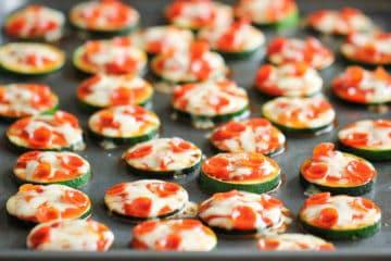 Heerlijke mini pizza'tjes gemaakt van courgette.