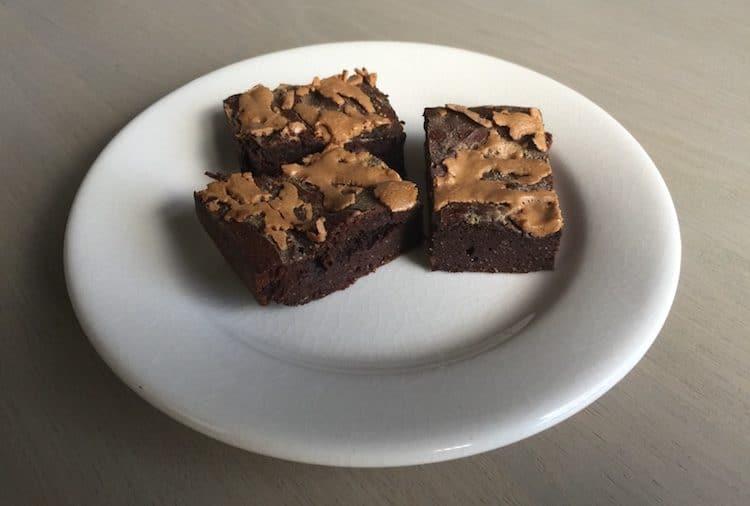 Een heerlijk portie brownies gemaakt van amandelmeel en pure chocolade met pindakaas swirl.