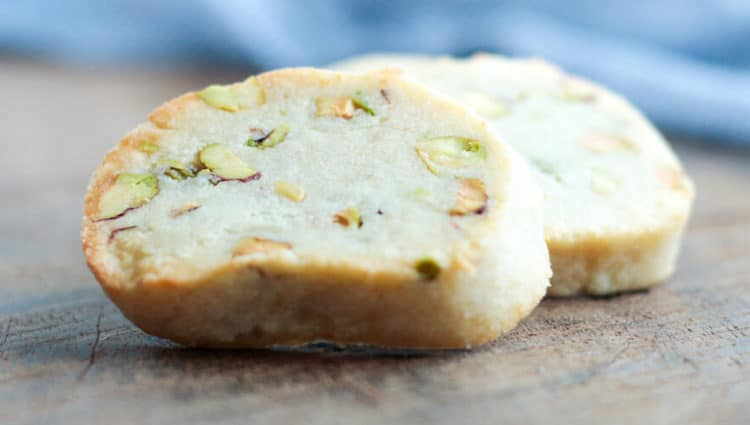 Heerlijke pistache-amandel koekjes gemaakt met pistache noten en extra fijne amandelmeel.