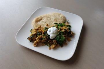 Heerlijk portie Indiaas gekruid roerei met spinazie en zure room.