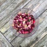 Heerlijke salade met gemaakt van rode bieten, ijsbergsla, lente-ui en yoghurt-dressing.