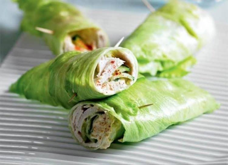 Sla wraps gevuld met hummus, komkommer en kalkoenfilet.