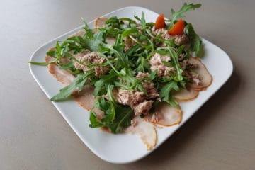 Heerlijke salade met fricandeau, rucola en tonijn.