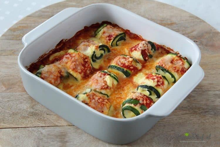 Dit is een heerlijke ovenschotel met gevulde courgette rolletjes, kaas en tomatensaus.