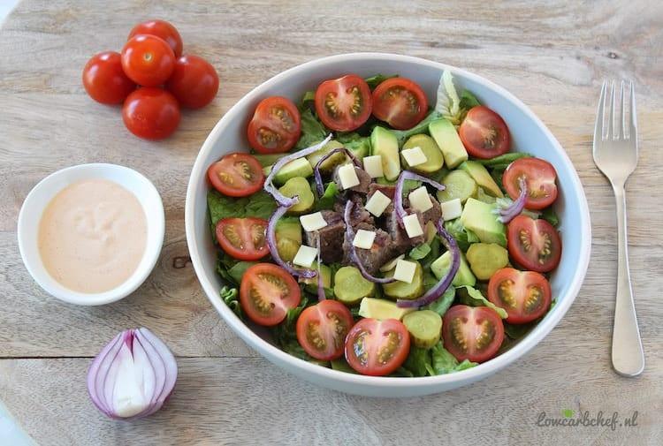 Hamburger salade met avocado