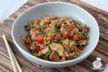 Een bord met bami laag in koolhydraten gemaakt van courgette.