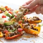 Gezonde nacho's met gehakt, paprika, avocado, kaas en zure room.