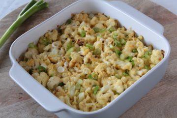 Koolhydraatarme bloemkool ovenschotel met kaas en lente-ui.