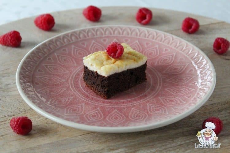 Koolhydraatarme cheesecake brownies met frambozen.