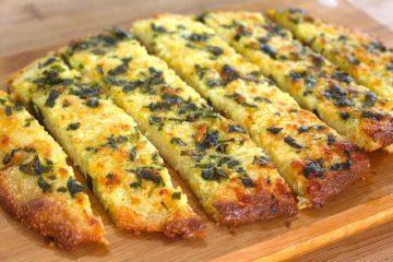 Koolhydraatarm knoflookbroodje met kaas en peterselie.