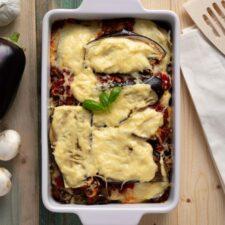 Koolhydraatarme aubergine lasagne met geraspte kaas.
