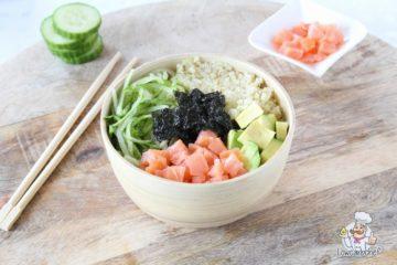Koolhydraatarme sushi bowl met gerookte zalm en avocado.