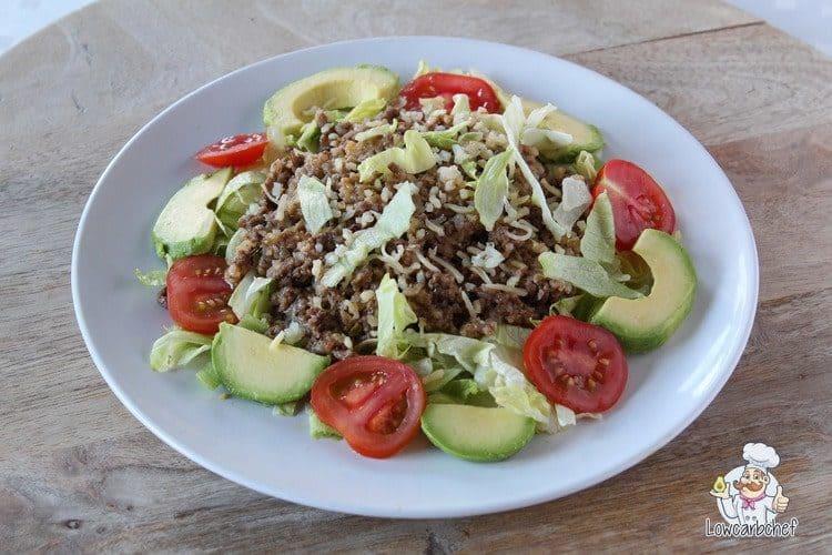 Koolhydraatarme taco bowl met gehakt, avocado en bloemkoolrijst.