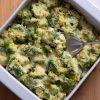 Romige broccoli-ovenschotel met geraspte kaas.